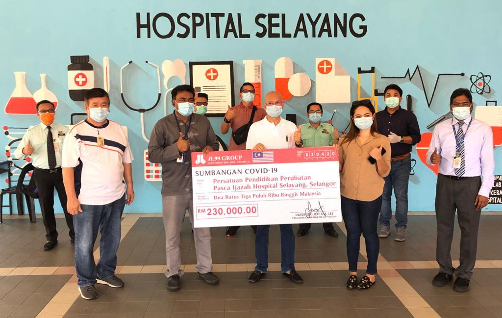 Lee (centre, front) presenting a RM230,000 mock cheque to the Selayang Hospital management and medical team.
