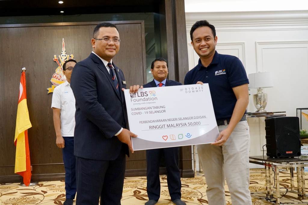 LBS Foundation general manager Amal Abdul Aziz (left), presenting a mock cheque of RM50,000 to Selangor Chief Minister Datuk Seri Amirudin Shari.