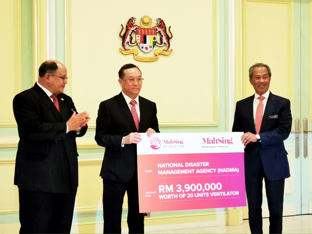 Leong presenting the donation pledge to Prime Minister Tan Sri Muhyiddin Yasin.