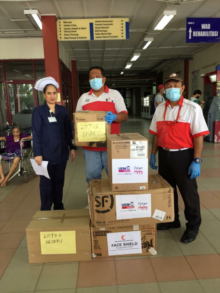 On behalf of UEM Sunrise, the Malaysia Red Crescent Society of Johor handing over the personal protective equipment (PPE) and facemasks to the medical personnel of Hospital Sultanah Aminah.