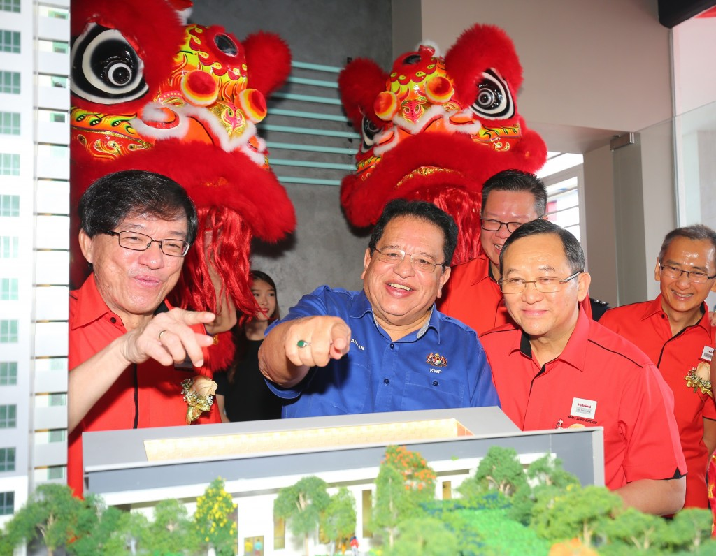 YB Datuk Seri Utama Tengku Adnan bin Tengku Mansor (Minister of Federal Territories) looking at the scale model of M Centura.