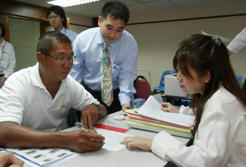 竞拍成功的人士即场在原有业主的代表律师及拍卖会职员见证下,签署法律协议。