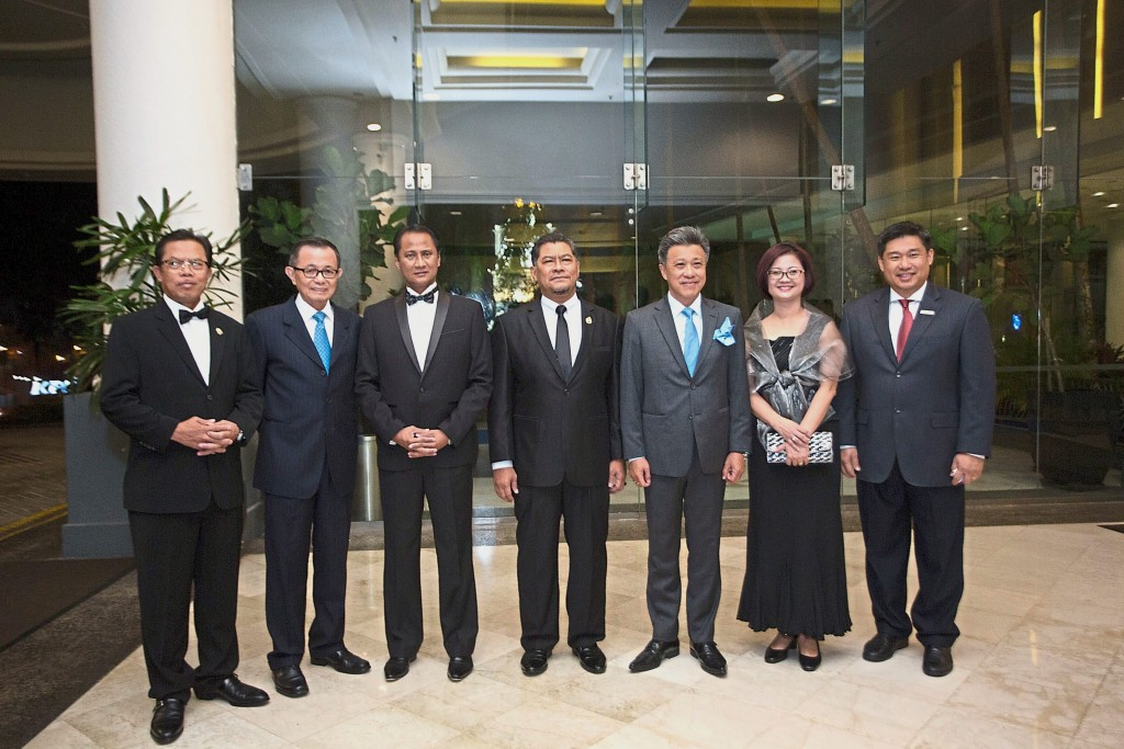 (From left to right) Johor State Financial officer YB Tuan Haji Rahim Bin Nin, Star Media Group chairman Fu Ah Kiow, Johor Corporation director Datuk Haji Azmi Bin Rohani, Johor Housing and Rural Development Committee chairman Dzulkefly Ahmad, Star Media Group chief executive officer Datuk Seri Wong Chun Wai, chief revenue officer Lydia Wang and StarProperty Business Unit assistant manager Ernest Bernard Towle during the awards.