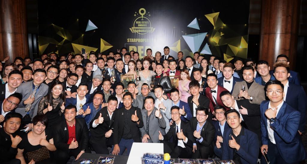 Unity地产成为全场收获最丰厚的地产代理公司。公司创办人朱佩莉(中间穿晚礼服捧奖座者)表示来年将再接再厉。