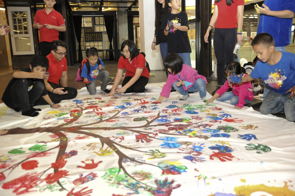 The children of Yayasan Sunbeams Home enjoyed hand-painting the Tree of Hope together with Sunway Velocity Mall volunteers after a whole day of fun