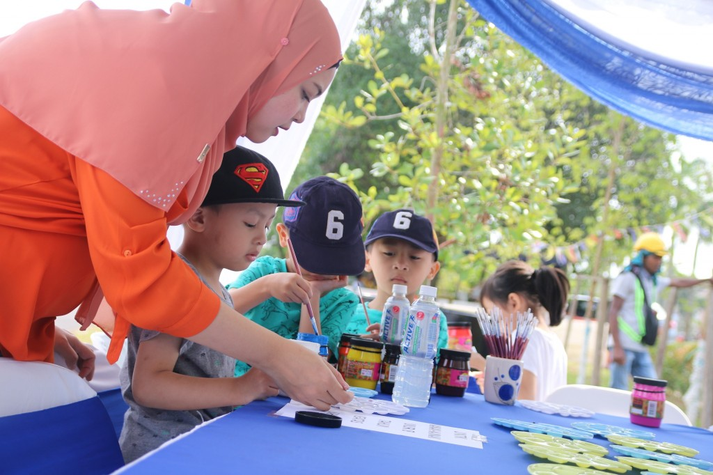 Children from Mahligai and Nusa Damai area painting the mural during the event.