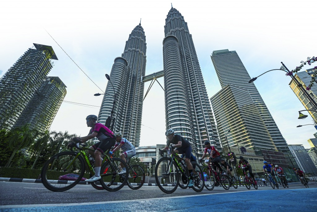 KUALA LUMPUR, 11 Nov -- Cyclists passing by Petronas Twin Tower during OCBC Cycle Kuala Lumpur 2018 today. More than 2,000 cyclist from all walks of life converged in the heart of Kuala Lumpur this morning for the fourth edition of the 42k OCBC Cycle Kuala Lumpur 2018. Spanning two loops of 21 kilometer stretch across some of the capital most iconic landmarks in the city centre. --fotoBERNAMA (2018) HAK CIPTA TERPELIHARA