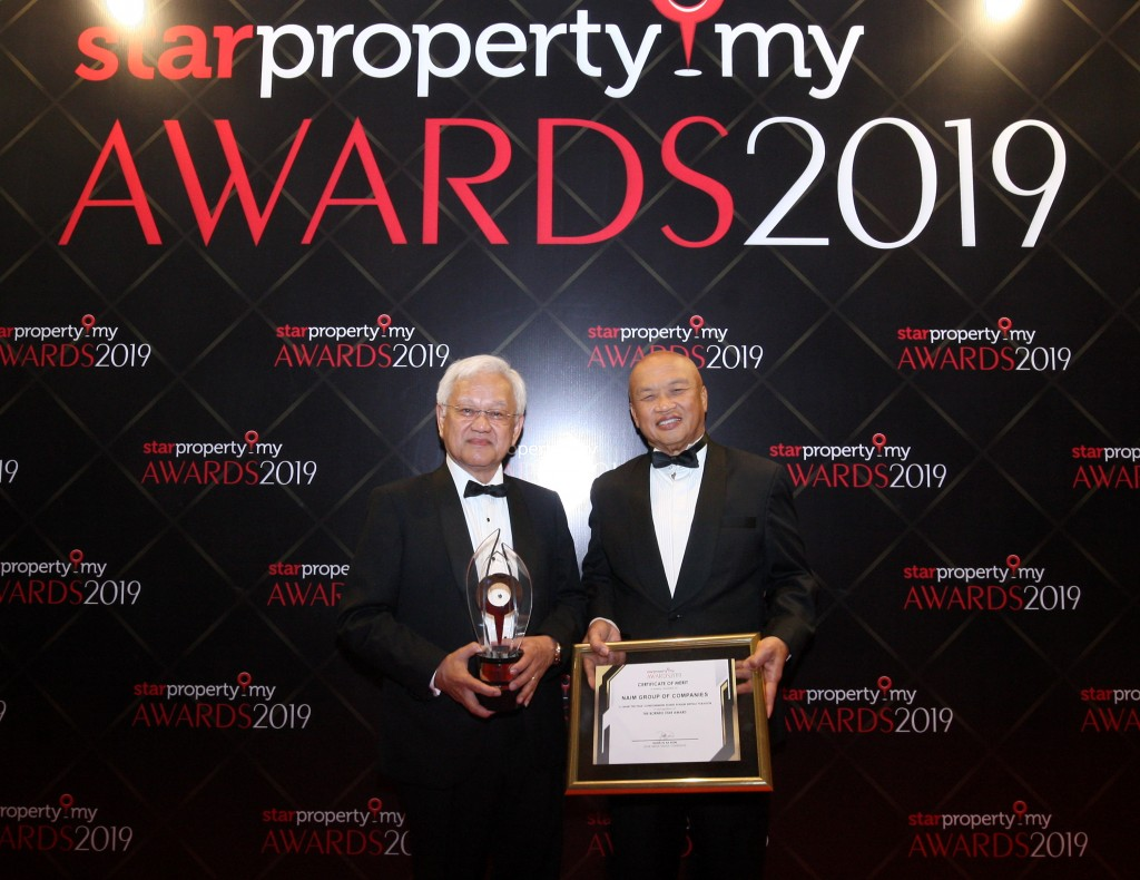 Naim Holdings Bhd chairman Datuk Amar Abdul Hamed Sepawi (left) and managing director Datuk Hasmi Hasnan with the honours and merit for The Borneo Star Award.