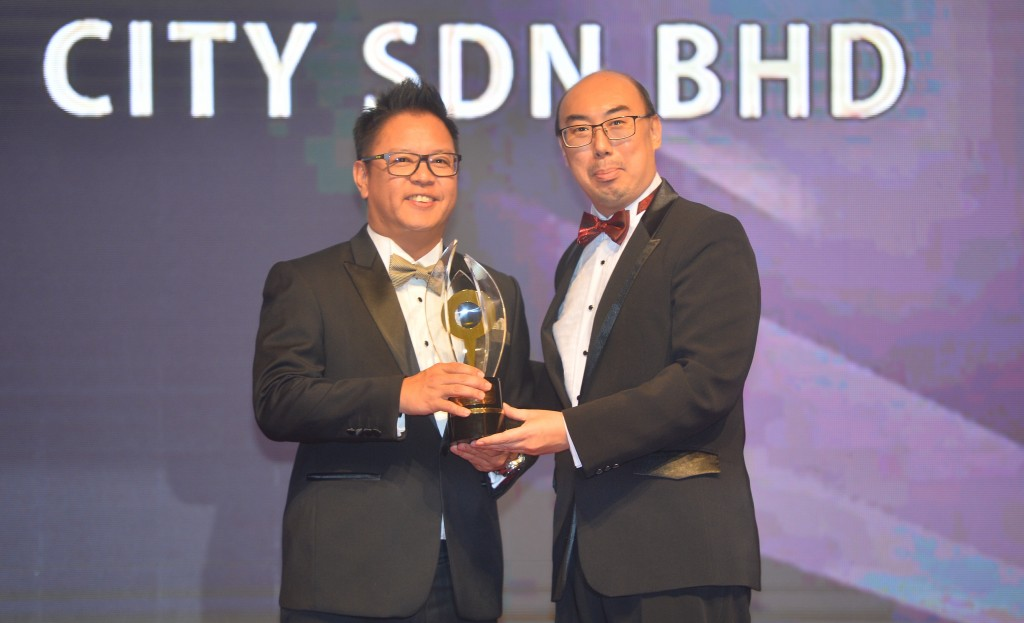 Sunsuria Bhd COO Simon Kwan receiving the Excellence in The Cornerstone Award from Star Media Group Bhd COO Roy Tan Kong Weng.