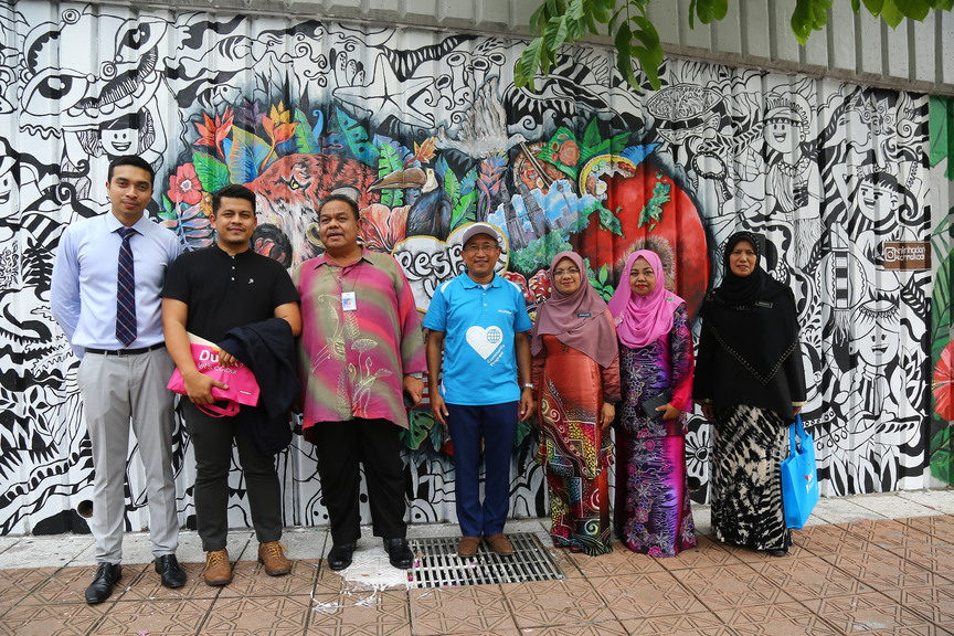 Mohd Amin bin Hadarith, the first-place winner of the mural project by PERMAI and AkzoNobel, stands proud as he presented his creative wall to the honoured guests.