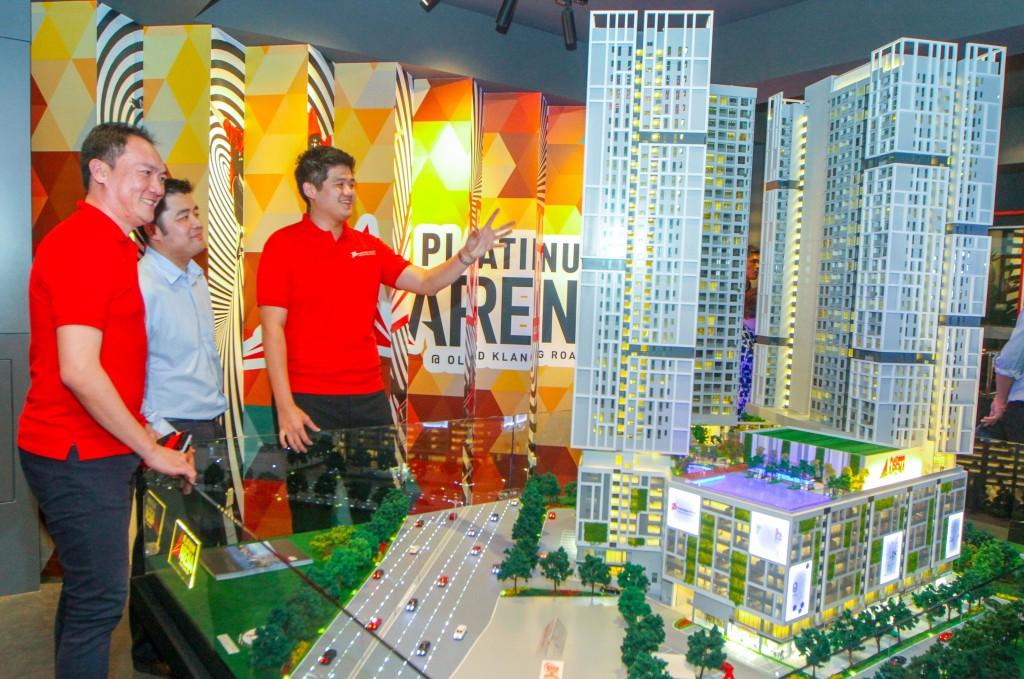 左起萧炆升、颜佳祥及颜宇恒在预览会上介绍Platinum Arena新盘。