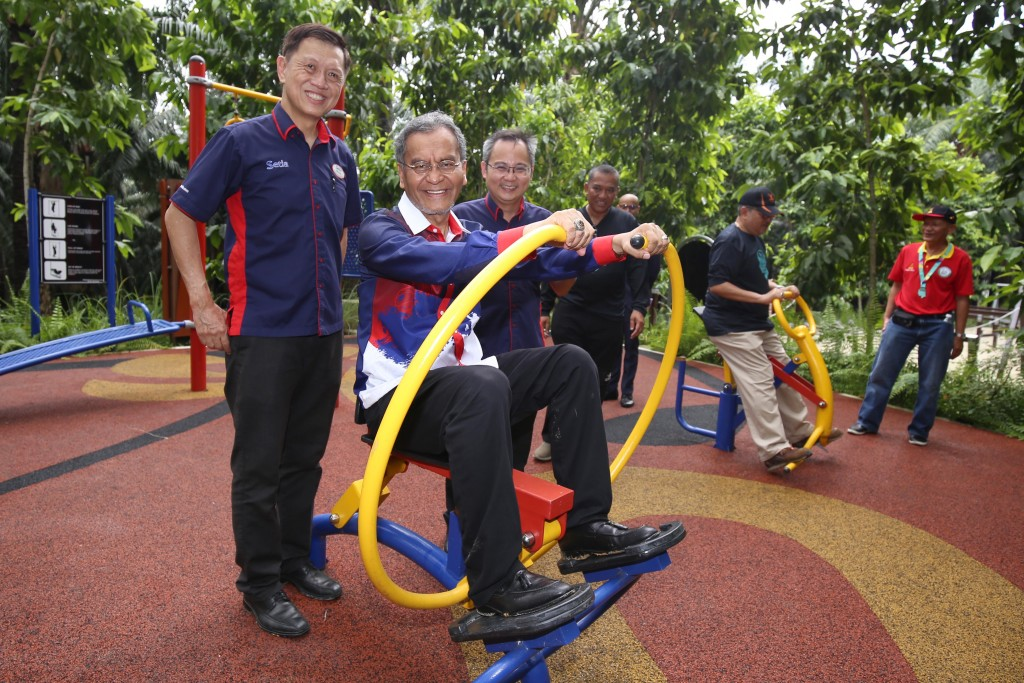 Dzulkefly testing out the exercise equipment at the Adventure Park together with Kow (left) and Setia EcoHill General Manager Koh Sooi Meng (right).