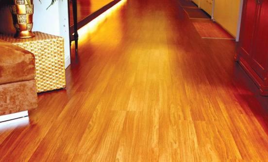 地板占据很大面积,翻新地板可让房子明亮起来。