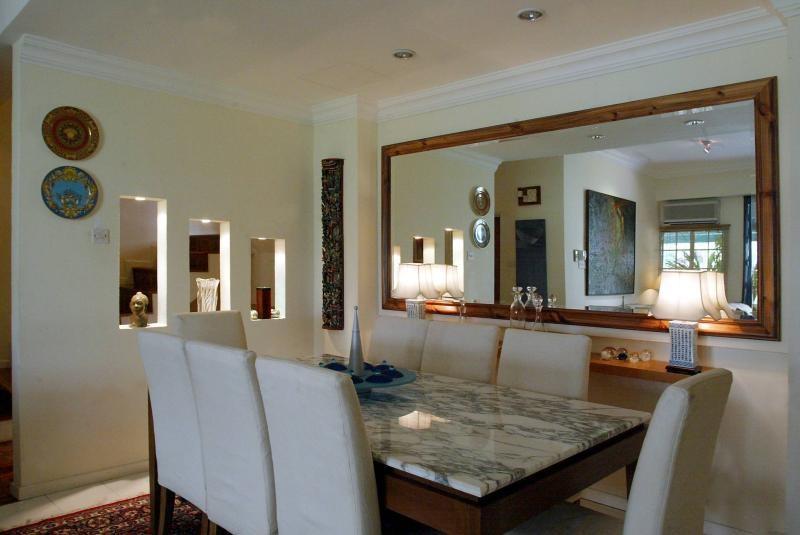 装置镜子可增加建筑的空间感。