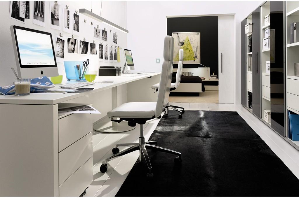 狭窄的办公桌会限制活动范围。