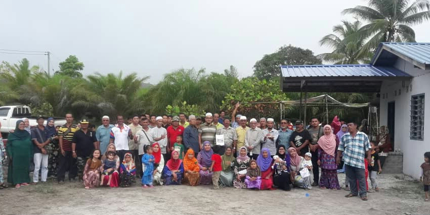 Residents of Kampungg Usahajaya Tukau in Miri demonstrating against the acquisition of their land.