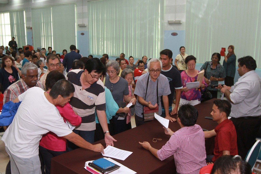 Audience members at public dialog on leasehold extension at the Dewan Ilmu (MBPJ Community Library) in Petaling Jaya rushed to grab copies of leasehold renewal forms upon learning that their leases could be extended for only RM1,000.