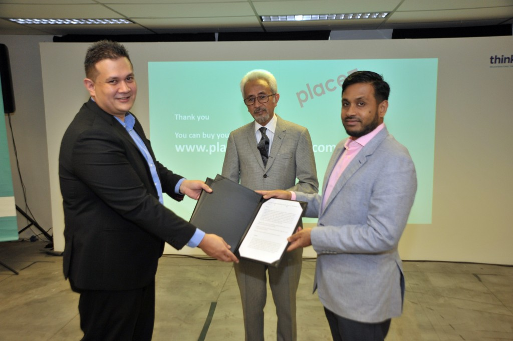 Think City Sdn Bhd, represented by Hamdan Abdul Majeed (right), Managing Director, exchanging a collaboration agreement with Nextdor Property Communications Sdn Bhd, represented by Imran Clyde (left), Executive Director , which is witnessed by YBM Senator Dato' Raja Kamarul Bahrin (middle), Deputy Minister of Housing and Local Government.