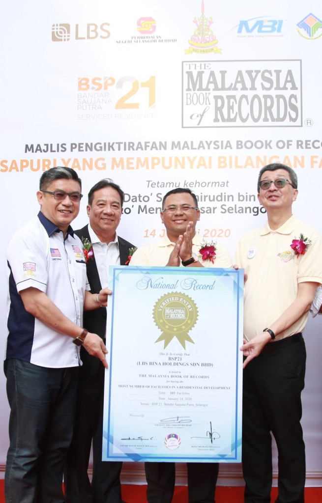 Lim (right) receiving the certificate from Wong (left) as Ooi (second left) and Amirudin look on.