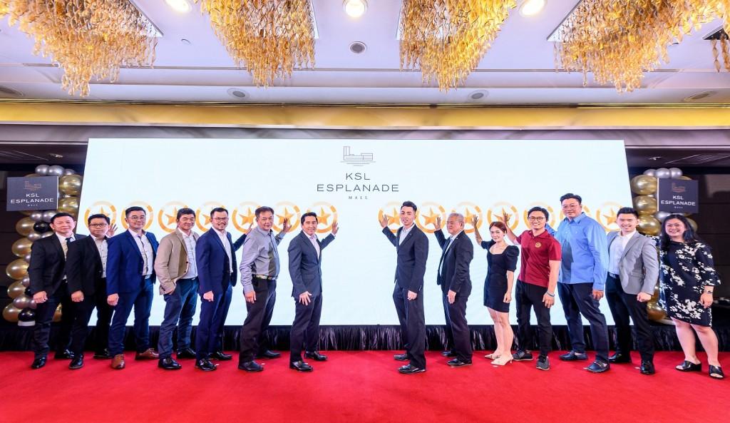 (From right) Chue, Yu, Tey, Tan, Teh, Khoo, Liew, Kong Cing, Phang, Ng and Lim at the One World Hotel.