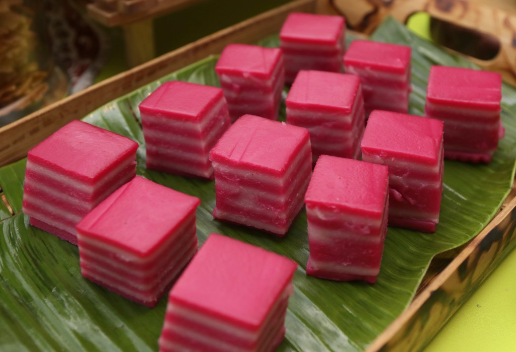 Add more drops of colouring to the final layer to make the kuih lapis stand out.