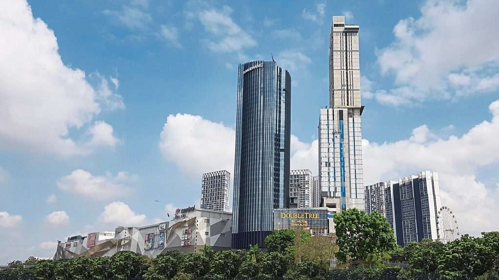 The phase that fronts Federal Highway sits the completed shopping mall, corporate tower and Double Tree by Hilton. While the mall and offices are already in operation, the hotel will open its doors next year.