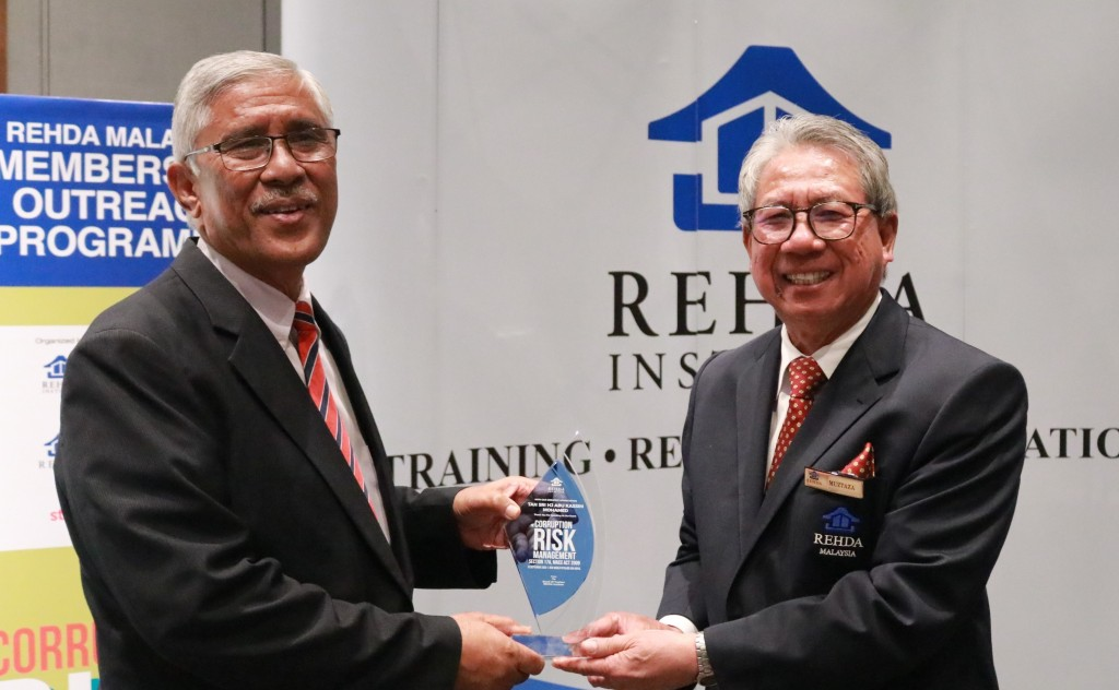 Real Estate and Housing Developers Association (Rehda) national treasurer Datuk Muztaza Mohamad (right) presenting a souvenir to Abu Kassim.