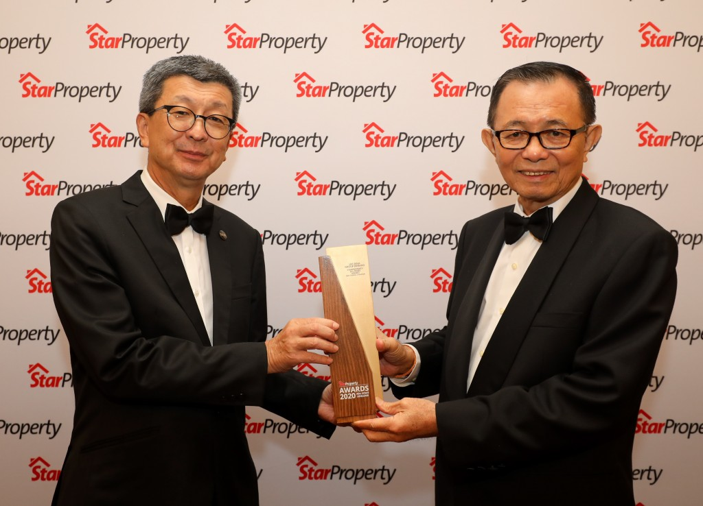 (Left) Lim receiving the All-Stars Award – Best Overall Champion from Star Media Group Bhd  Chairman Datuk Fu Ah Kiow.