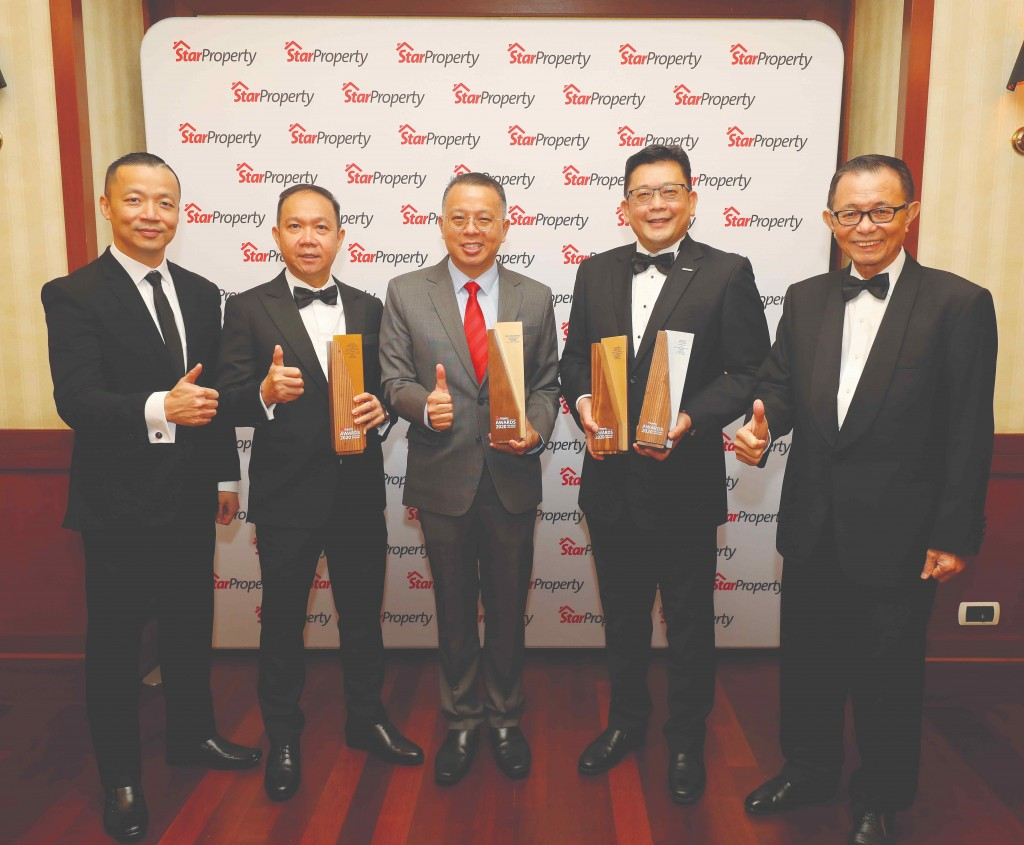 It's all thumbs up for IJM Land for (from 2nd left) central region senior general manager Datuk Hoo Kim See, managing director Edward Chong and Bandar Rimbayu senior general manager Chai Kian Soon as they are joined by Fu (right) and Yap (left).