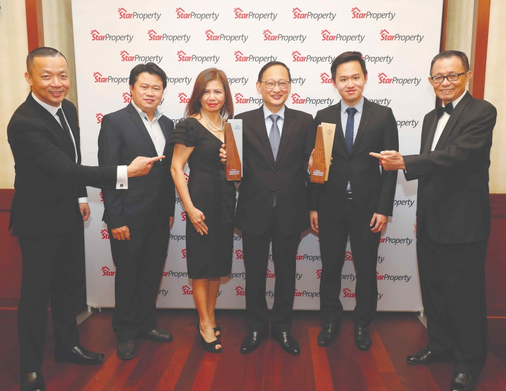 Iwajib Group director Datuk Chew Yin Keen (3rd from right) holding two trophies as (from left) Yap, Iwajib Group project manager Tan Wei Tzong, CEO Datin Adeline Quak, assistant project manager Linus Chew and Fu pose for a snapshot.