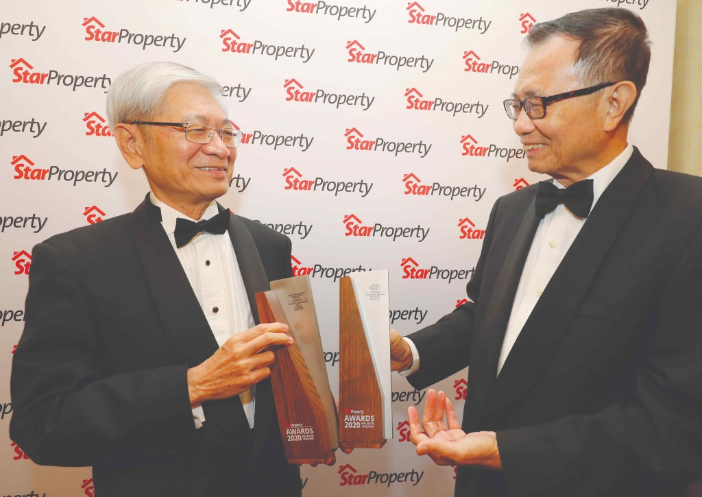 Fu presenting the trophies to Linbaq Holding chairman Tan Sri Lau Yin Pin @ Lau Yen Beng (left).