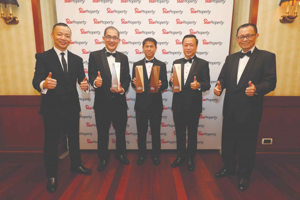 Paramount Corporation group CEO Jeffrey Chew (centre), Paramount Property CEO Beh Chun Chong (2nd from left) and Paramount Property northern region CEO Ooi Hun Peng (2nd from right) give the thumbs up as they are flanked by Fu (right) and Yap (left).