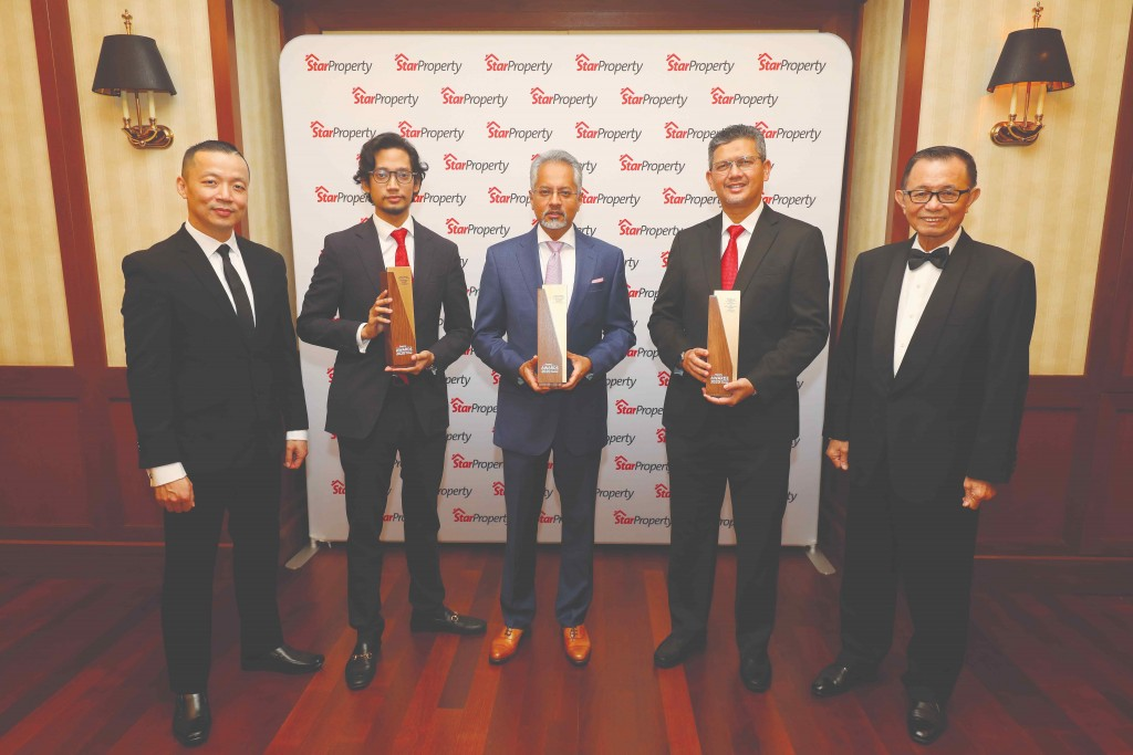 Sime Darby Property group managing director Datuk Azmir Merican (centre) and his team show their trophies as Fu (right) and Yap (left) look on.
