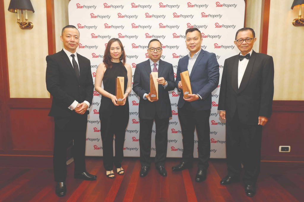 Skyworld founder and group managing director Datuk Ng Thien Phing (centre) and his team happily display the trophies as Fu (right) and Yap (left) look on.