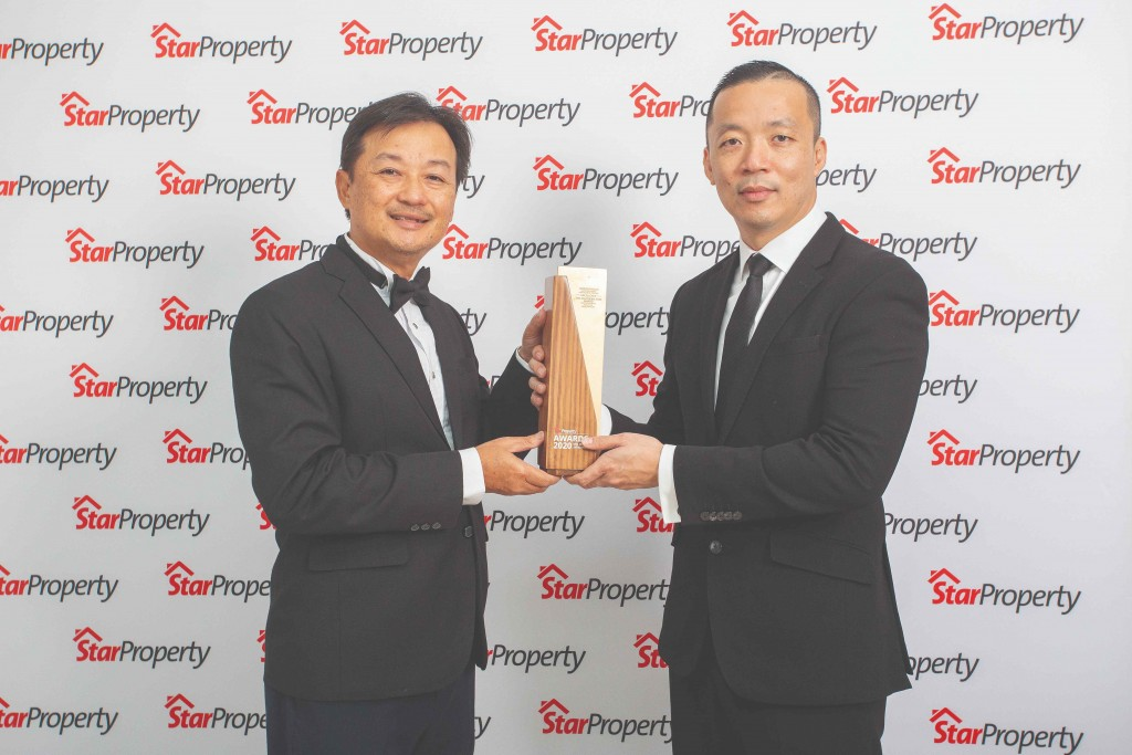 Receiving the award from Yap (right) for Horizon Hills, a joint venture between Gamuda Land and UEM Sunrise, is Gamuda Land general manager Jim Woon.
