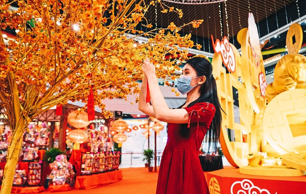 The CNY decorations put everyone in a festive mood.