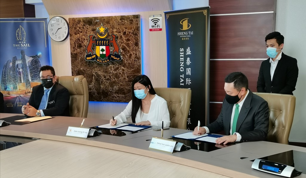 (From left) Melaka chief minister Datuk Seri Sulaiman Md Ali witnessing the signing between Leong and Lim.