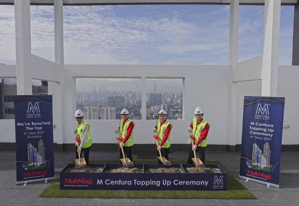 (from left) Yong, Ho, Chen, and Liew at the topping up ceremony.