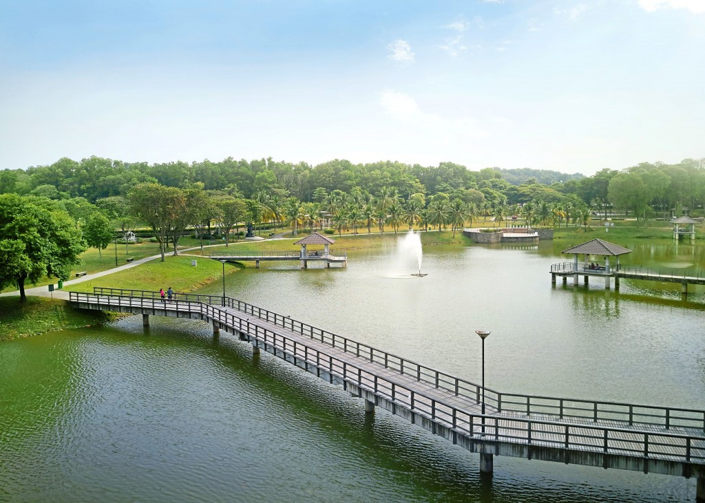 Residents can enjoy  brisk walks and  exercise along the  15-acre City Lake  Park.