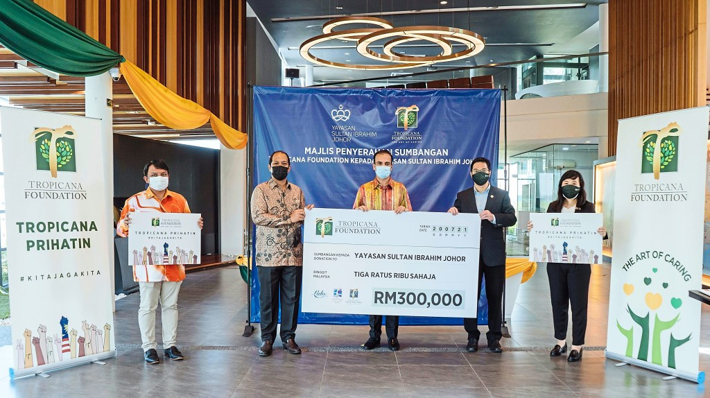 Donation of RM300,000 to Yayasan Sultan Ibrahim Johor (From left) Yayasan Sultan Ibrahim Johor senior executive Shah Reza Md Kanafe, CEO Fadhly Suffian Laili and Trustee of Board Avinderjit Singh holding the  placards with Tropicana group CEO Lee Han Ming and southern region managing director Karen Lee.